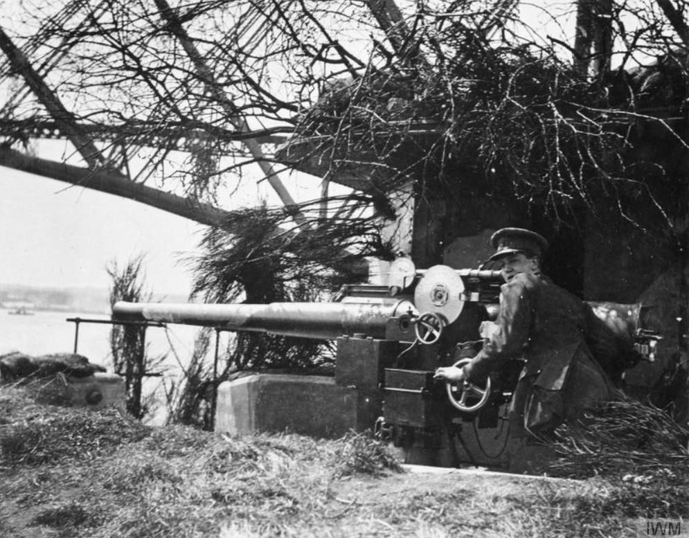 Inchgarvie 12 pounder gun © Imperial War Museum.