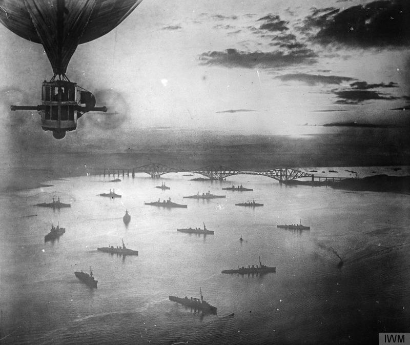 Aerial view of the Grand Fleet at anchor in the Firth of Forth, taken from the British Airship R 9 © Imperial War Museum.